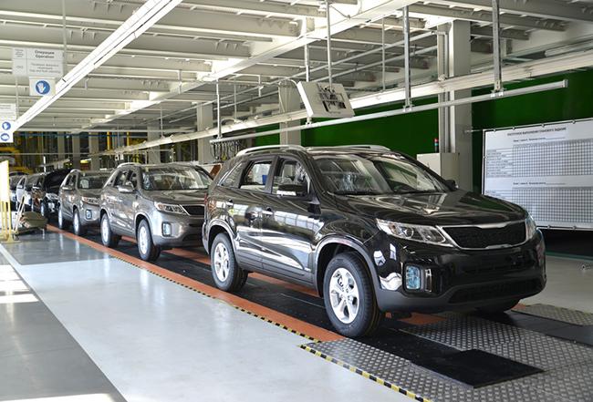 Des voitures neuves sur une chaîne d'assemblage d'usine