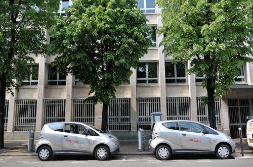 Une station Autolib' avec deux Bluecar disponibles