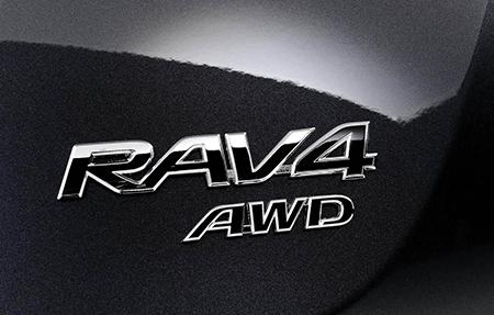 """Mention """"AWD"""" sur l'arrière d'un Toyota RAV4"""