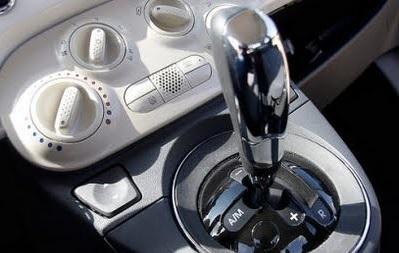 Levier de vitesse de la boîte Dualogic dans une Fiat 500