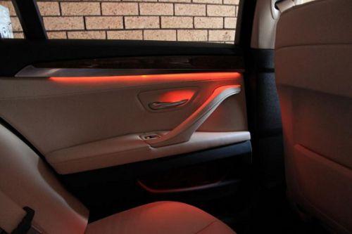 éclairage d'ambiance rouge sur la porte arrière d'une BMW
