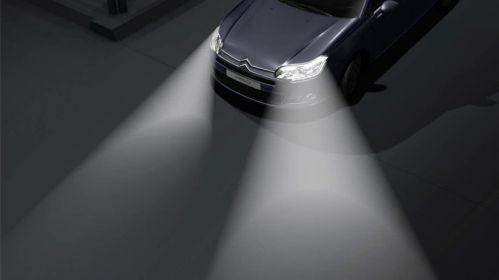 Des phares directionnels en action sur une Citroën