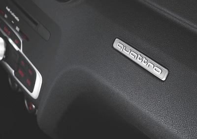 """Le badge """"quattro"""" sur la planche de bord d'une Audi"""