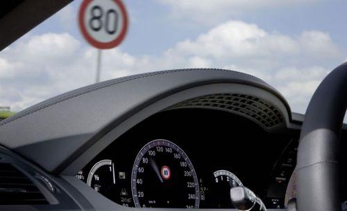 Le système détecte une vitesse limitée à 80 km/h et l'affiche