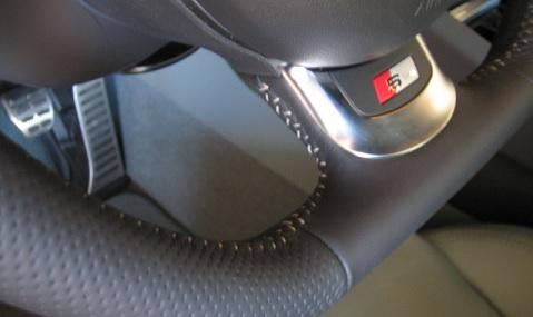 Surpiqûres blanches sur le volant d'une Audi