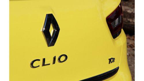 Le sigle TCe sur l'arrière d'une Clio IV