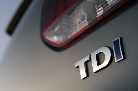 """Le logo """"TDI"""" gravé sur l'arrière d'un Volkswagen"""