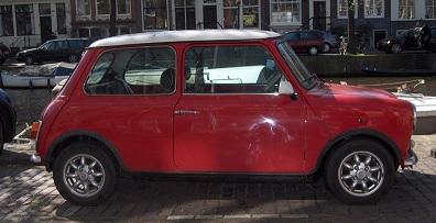 La Mini, toit blanc et carrosserie rouge
